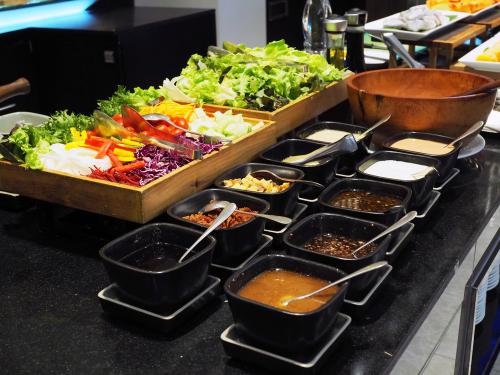 Catering- wady i zalety zamawiania jedzenia.